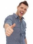 13964907-succes-jeune-homme-montrant-pouce-vers-le-haut-en-souriant-ouais